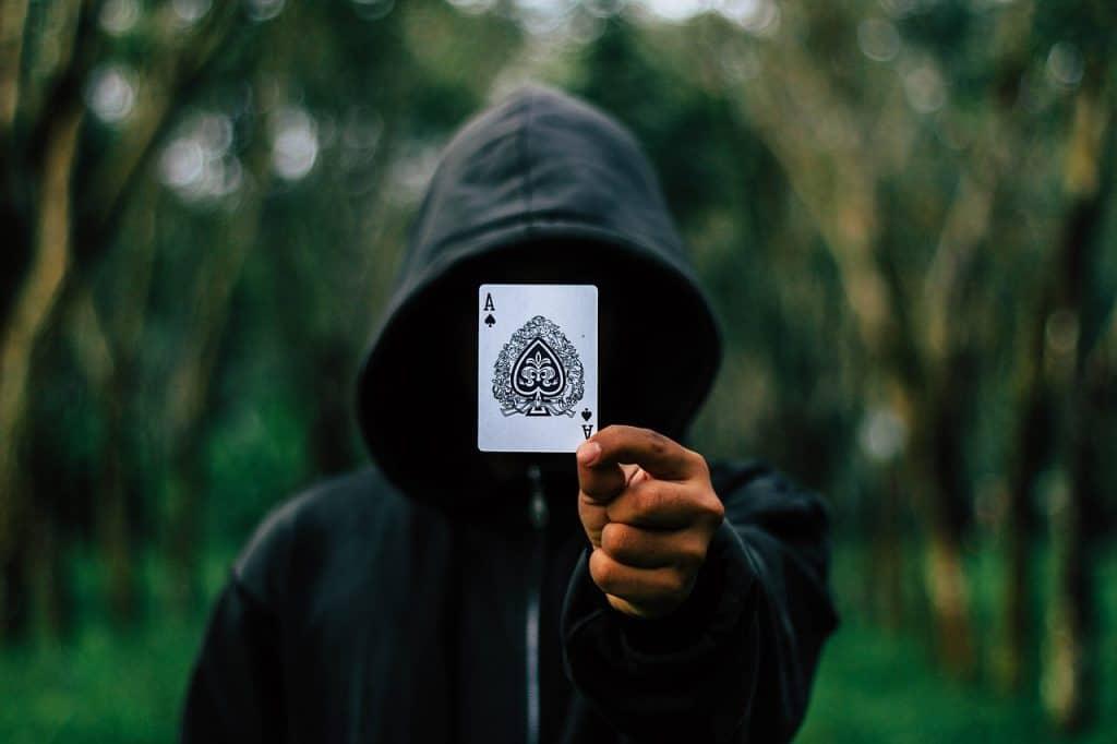 אמן חושים מחזיק קלף